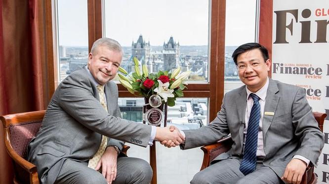 Đại diện GBAF chúc mừng Phó Tổng Giám đốc ABBank Bùi Trung Kiên đã đạt được giải thưởng Ngân hàng Phát triển bán lẻ tốt nhất Việt Nam 2016.
