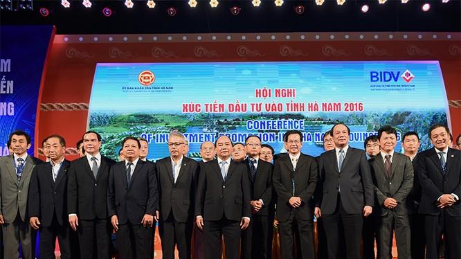 Thủ tướng Nguyễn Xuân Phúc cùng lãnh đạo tỉnh Hà Nam chụp ảnh với các nhà đầu tư.