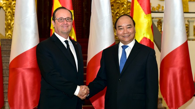 Thủ tướng Nguyễn Xuân Phúc bắt tay chào đón Tổng thống Pháp François Hollande.