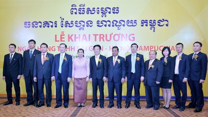 Quý bà Men Sam on - Phó thủ tướng Chính phủ Vương Quốc Campuchia (đứng thứ 5, từ trái sang), Ngài Chea Chanto - Thống đốc NH Quốc Gia Campuchia (đứng thứ 7 từ trái sang), Ông Đào Minh Tú – Phó Thống đốc NHNN Việt Nam (đứng thứ 4 từ trái sang) chụp ảnh cùn