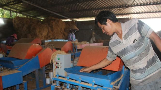 Ông Nghiêm Đại Thuận (Trà Vinh) chế máy xe xơ dừa giúp những người làm nghề xe chỉ tơ xơ dừa ở ĐBSCL