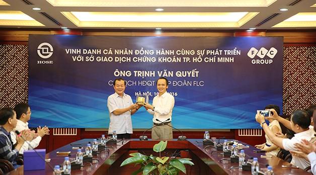 Chủ tịch HOSE trao quà lưu niệm tới ông Trịnh Văn Quyết, Chủ tịch Tập đoàn FLC. (Ảnh: flc.vn)
