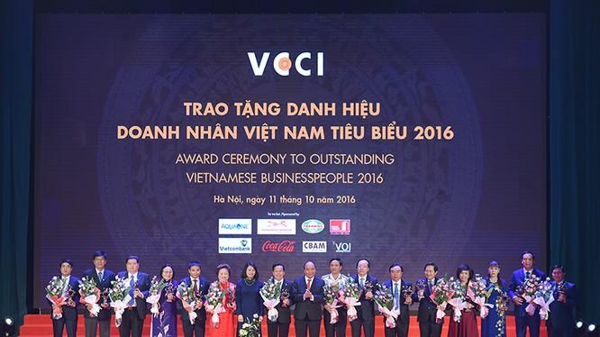 Thủ tướng Nguyễn Xuân Phúc tặng hoa và chụp ảnh lưu niệm với các doanh nhân tiêu biểu.