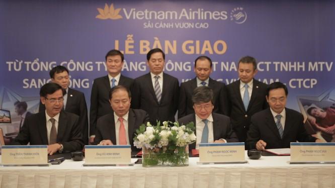 Đại diện bộ GTVT, Vụ trưởng Vụ Quản lý doanh nghiệp ông Vũ Anh Minh và Đại diện VNA, Chủ tịch HĐQT ông Phạm Ngọc Minh ký biên bản bàn giao.