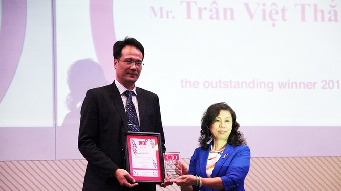 Ông Trần Việt Thắng - Giám đốc Khối Công nghệ thông tin của Ngân hàng TMCP Quân Đội (MB) vừa vinh dự được trao tặng danh hiệu Giải thưởng Lãnh đạo CNTT&ANTT tiêu biểu Đông Nam Á 2016 (CIO CSO Summit & Awards).