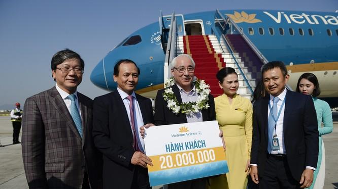 Thứ trưởng Bộ GTVT Nguyễn Nhật và lãnh đạo Vietnam Airlines chào đón hành khách thứ 20 triệu.