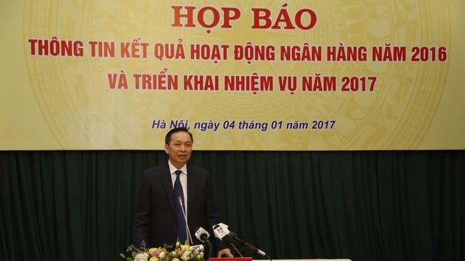 Phó Thống đốc NHNN Đào Minh Tú điều hành họp báo. (Ảnh: Việt Trung)