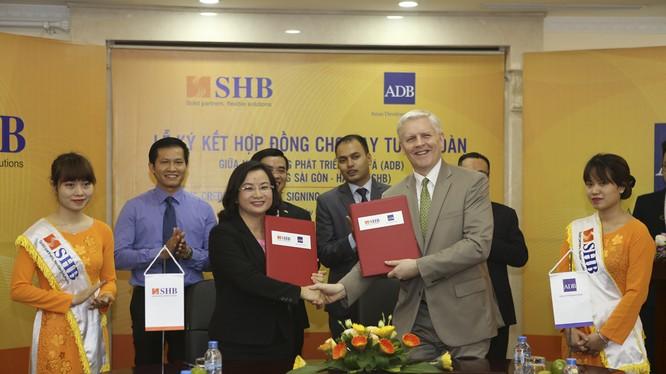 Bà Ngô Thu Hà (trái) – Phó Tổng Giám đốc SHB và ông Eric Sidgwick – Giám đốc quốc gia đại diện thường trú ADB tại Việt Nam thực hiện nghi lễ ký kết. (Ảnh: SHB)