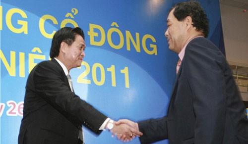 Ông Trầm Bê (bên phải) từng được biết rộng rãi sau cuộc soán ngôi ngoạn mục, để thay thế vai trò lãnh đạo của gia đình ông Đặng Văn Thành (bên trái) tại Sacombank. (Ảnh: Internet)