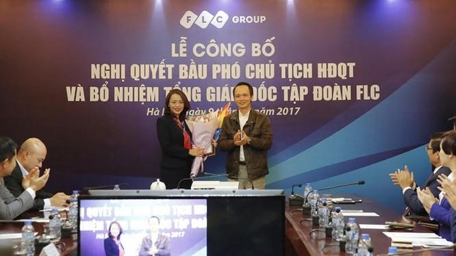Ông Trịnh Văn Quyết chúc mừng bà Hương Trần Kiều Dung nhận nhiệm vụ mới.