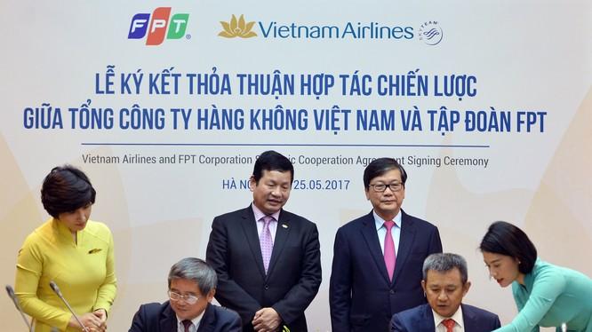 Ông Dương Trí Thành - Tổng Giám đốc Vietnam Airlines (ngồi phải) và ông Bùi Quang Ngọc - Tổng Giám đốc FPT ký thỏa thuận hợp tác chiến lược trong 3 năm (2017-2020). (Ảnh: VNA)