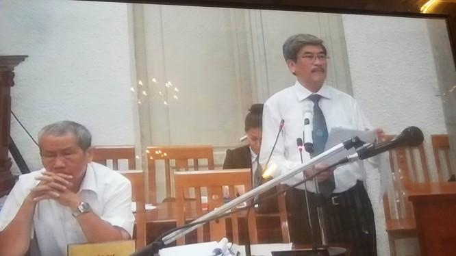 LS. Nguyễn Huy Thiệp tích cực bào chữa cho Nguyễn Xuân Sơn để biện hộ cho thân chủ. (Ảnh chụp màn hình: N.G)