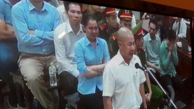 Câu nói của bị cáo Nguyễn Quốc Chiến khiến Hà Văn Thắm và Nguyễn Minh Thu bật khóc nức nở. (Ảnh: K.T)