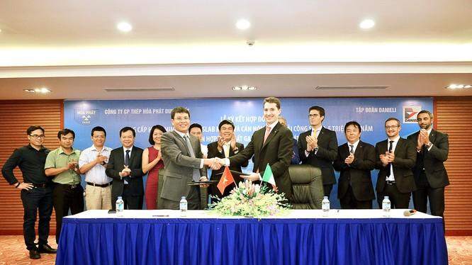 Giám đốc Công ty CP Thép Hòa Phát Dung Quất, ông Mai Văn Hà ký hợp đồng với ông Giacomo Mareschi Danieli – Tổng Giám đốc Tập đoàn Danieli. (Ảnh: HPG)
