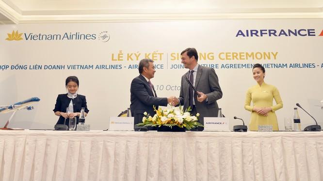 Tổng Giám đốc Vietnam Airlines và Tổng Giám đốc Air France hoàn tất hợp đồng. (Ảnh: VNA)