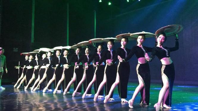 Nha Trang-Khánh Hòa là tỉnh đi đầu trong công tác xã hội hóa nghệ thuật phục vụ du lịch-một tác phẩm của Nhà hát Nghệ thuật Dân gian Á Châu. (Ảnh: T.H)