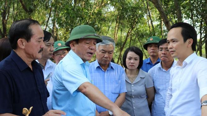 Chủ tịch FLC Trịnh Văn Quyết đi khảo sát các địa điểm làm dự án cùng lãnh đạo Quảng Trị. (Ảnh: Cổng thông tin Quảng Trị)