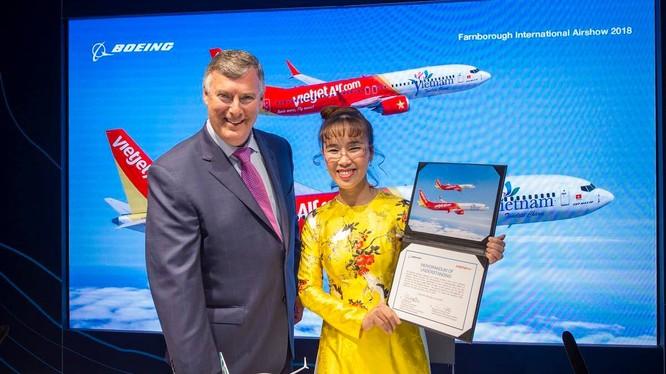Bà Nguyễn Thị Phương Thảo, Tổng giám đốc Vietjet và ông Kevin McAllister, Chủ tịch kiêm Tổng giám đốc Tập đoàn Boeing ký kết Hợp đồng. (Ảnh: VJC)