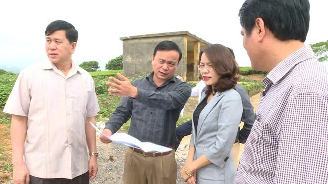 Sau khi được rút lên làm Phó Chủ tịch FLC, bà Hương Trần Kiều Dung vẫn rất tích cực tham gia các hoạt động phát triển thị trường cho tập đoàn. Trong ảnh, bà Dung đang cùng lãnh đạo tỉnh Sơn La khảo sát đầu tư khai thác tiềm năng tại Mộc Châu.