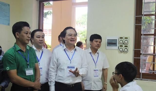 Bộ trưởng Bộ GD&ĐT Phùng Xuân Nhạ trong lần đến thị sát điểm thi THPT Yên Viên sáng 25/6/2018. (Ảnh: Internet)