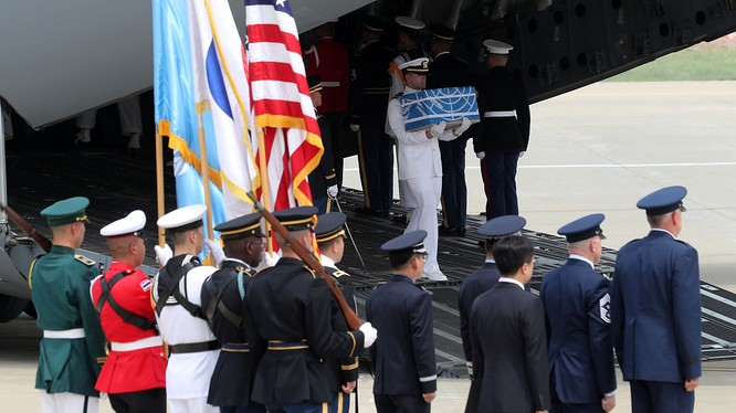Hài cốt lính Mỹ được chuyển xuống máy bay tại căn cứ Osan ở Hàn Quốc.