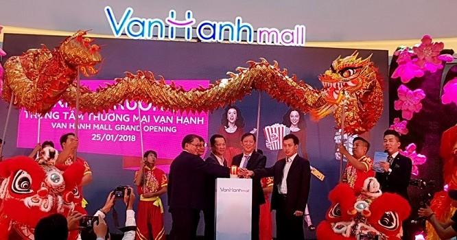 """""""Đại gia"""" Trần Lệ Nguyên và các đối tác chung tay khai trương Vạn Hạnh Mall. (Ảnh: Internet)"""