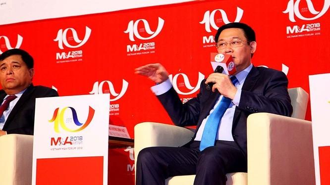 Phó thủ tướng Vương Đình Huệ trao đổi tại Diễn đàn M&A Việt Nam 2018. (Ảnh: ĐTCK)