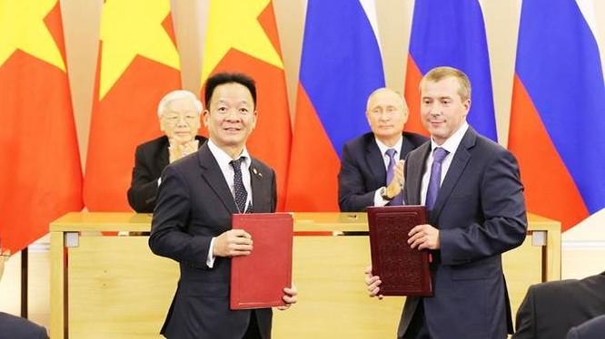 Tổng Bí thư Nguyễn Phú Trọng và Tổng thống Liên bang Nga Vladimir Putin chứng kiến lễ trao biên bản ghi nhớ hợp tác đầu tư giữa ông Đỗ Quang Hiển - Chủ tịch HĐQT SHB và ông Denis Ivanov - Chủ tịch HĐQT Ngân hàng IBEC. (Ảnh: SHB)