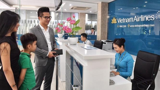 Các hành khách đầu tiên trải nghiệm dịch vụ mới in-town check-in tại Hà Nội. (Ảnh: VNA)