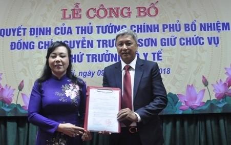 Bộ trưởng Bộ Y tế Nguyễn Thị Kim Tiến trao Quyết định cho tân Thứ trưởng Nguyễn Trường Sơn.