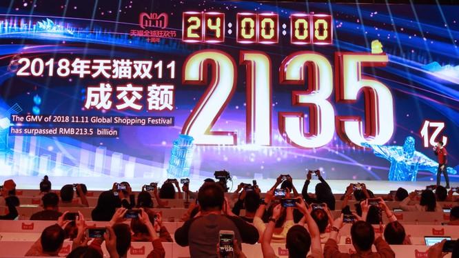 Hình ảnh từ lễ hội mua sắm toàn cầu của Tập đoàn Alibaba tại Thượng Hải, Trung Quốc, ngày 11/11/2018, cho thấy tổng giá trị hàng hóa được giao dịch trong ngày này (Nguồn: AFP)