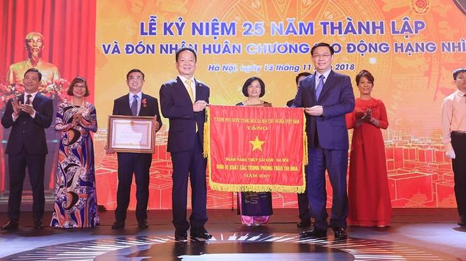 Ủy viên BCT, Phó Thủ tướng Chính phủ Vương Đình Huệ thay mặt Đảng và Nhà nước trao Huân chương Lao động Hạng Nhì và Cơ Thi đua của Chính phủ cho Ngân hàng SHB vì đã hoàn thành xuất sắc, toàn diện nhiệm vụ công tác, dẫn đầu phong trào thi đua năm 2017.