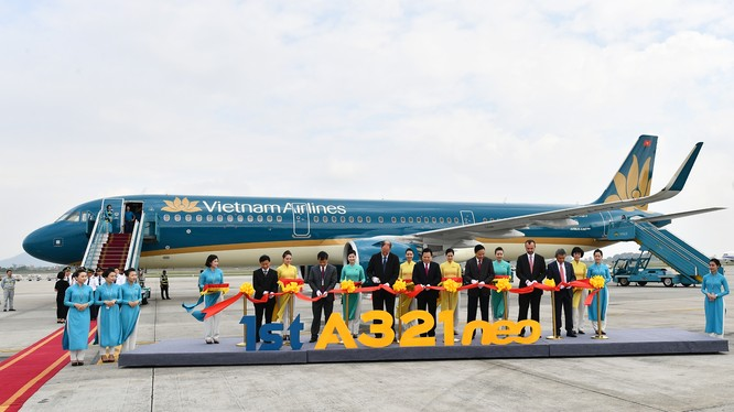 Các đại biểu thực hiện nghi lễ cắt băng chào mừng tàu bay A321neo.