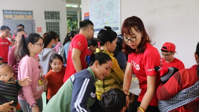 Khám sàng lọc cho trẻ em tại Ninh Sơn. (Ảnh: VCF)