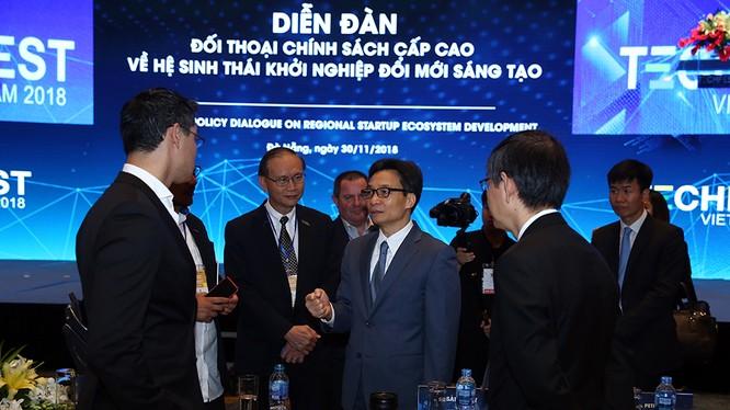 Phó Thủ tướng Vũ Đức Đam trao đổi với các các đại biểu tại Diễn đàn.