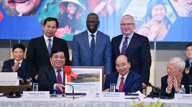 Thủ tướng và Bộ trưởng Bộ KH&ĐT tặng khung chính sách kinh tế Việt Nam cho Ngân hàng Thế giới. (Ảnh: VGP)