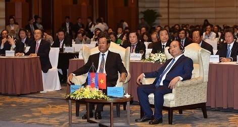 Thủ tướng Nguyễn Xuân Phúc và Thủ tướng Campuchia Samdech Techo Hun Sen cùng dự Diễn đàn doanh nghiệp Việt Nam-Campuchia.(Ảnh: VGP/Quang Hiếu)