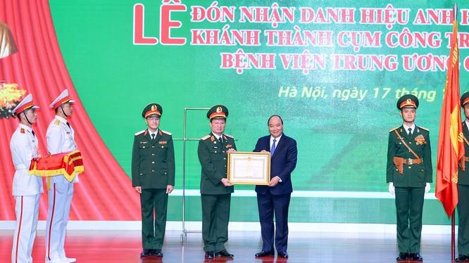 Thủ tướng trao danh hiệu Anh hùng lực lượng vũ trang nhân dân thời kỳ chống Pháp cho Phân hiệu 8, tiền thân của Bệnh viện Trung ương Quân đội 108. (Ảnh: VGP)
