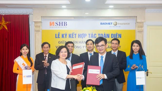 Bà Ngô Thu Hà - Phó Tổng Giám đốc SHB và Ông Nguyễn Quang Hưng - Phó Tổng giám đốc Bảo hiểm Bảo Việt trao thỏa thuận hợp tác trước sự chứng kiến của Lãnh đạo cấp cao của SHB và Bảo hiểm Bảo Việt. (Ảnh: SHB)
