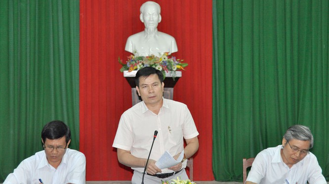 Ông Trần Văn Minh, Phó Bí thư Tỉnh ủy Quảng Ngãi (đứng) vừa được bổ nhiệm giữ chức vụ Phó Tổng Thanh tra Chính phủ. (Ảnh: Internet)