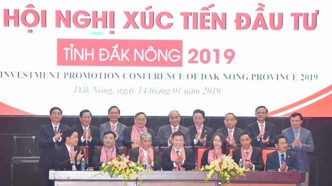 Thủ tướng chứng kiến lễ ký cam kết đầu tư của các nhà đầu tư với Đắk Nông. (Ảnh: VGP)