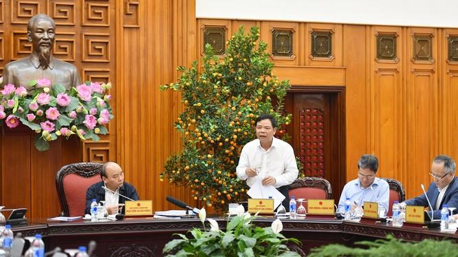 Bộ trưởng Bộ Nông nghiệp và Phát triển Nông thôn Nguyễn Xuân Cường báo cáo với Thủ tướng về tình hình giá gạo giảm.
