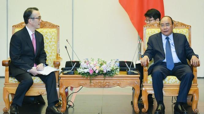 Ông Kanetsugu Mike, Tổng Giám đốc Ngân hàng MUFG thông tin với Thủ tướng Nguyễn Xuân Phúc. (Ảnh: VGP)