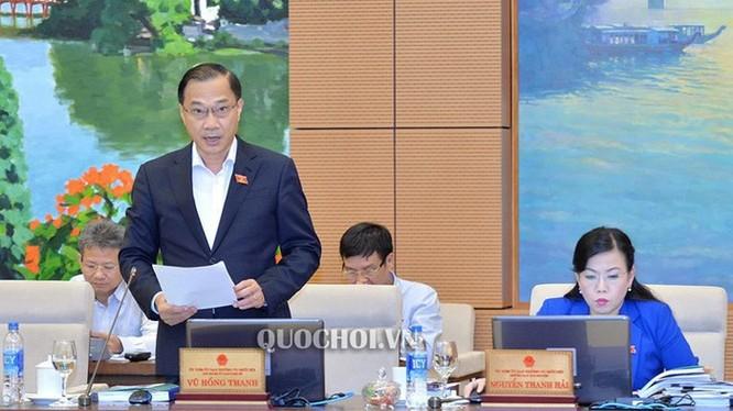 Chủ nhiệm Ủy ban Kinh tế Vũ Hồng Thanh trình bày báo cáo thẩm tra.