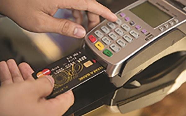 Thanh toán bằng thẻ tín dụng qua máy POS.