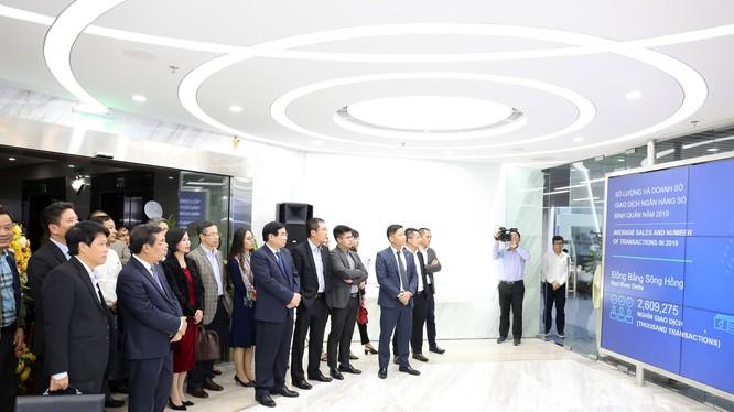 Các đại biểu tham quan Trung tâm ngân hàng số của BIDV.