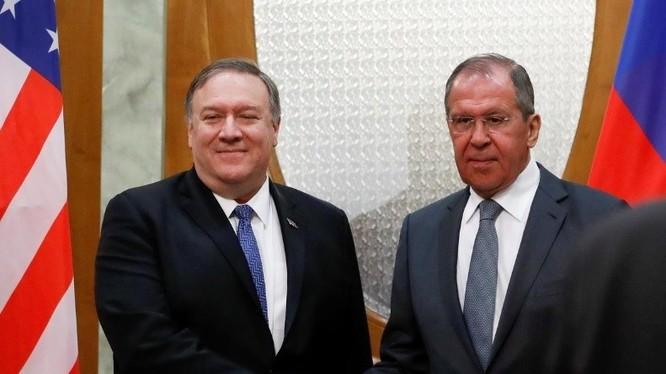Bộ trưởng Bộ ngoại giao Mỹ Mike Pompeo (trái) cho biết Tổng thống Mỹ Donald Trump mong muốn quan hệ Mỹ - Nga tốt đẹp và sẽ có lợi cho người dân hai nước.