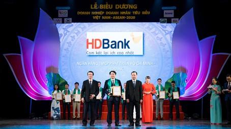 Đại diện HDBank tại buổi lễ