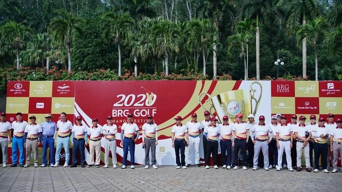 Một số golfer chụp ảnh lưu niệm trước giờ thi đấu giải BRG Golf Hanoi Festival 2020