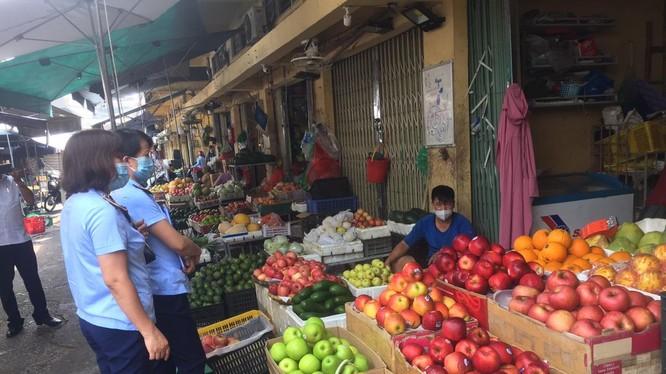 Đội quản lý thị trường kiểm tra chợ truyền thống trên địa bàn TP. HN